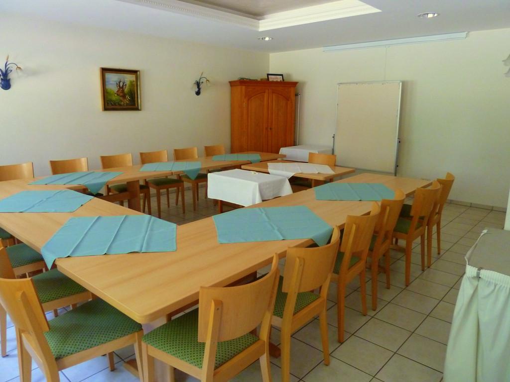 Unser Tagungsraum für bis zu 30 Personen verfügt über modernste Technik