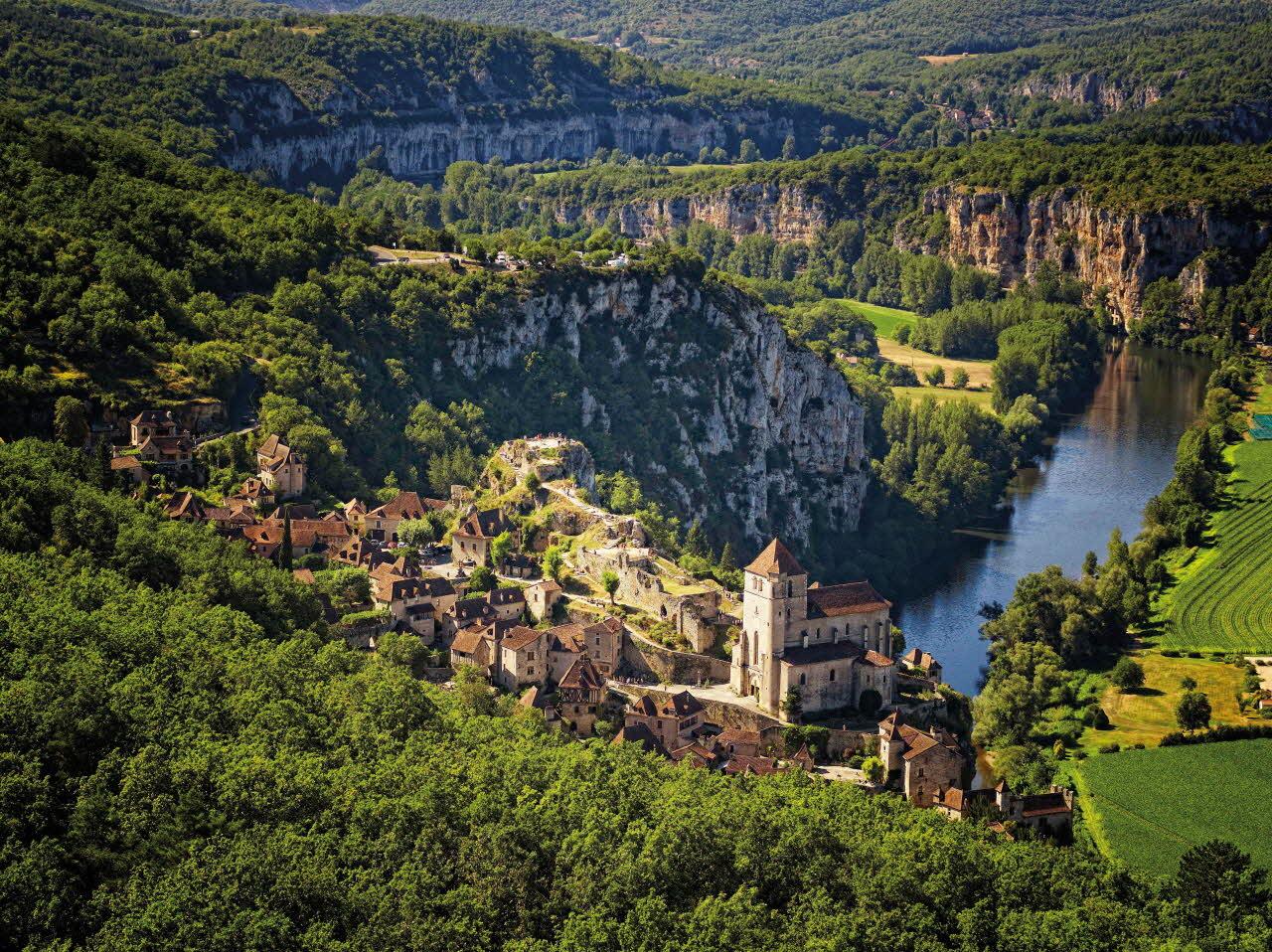 Saint-Cirq-Lapopie, située dans le Lot, région Occitanie, en Quercy