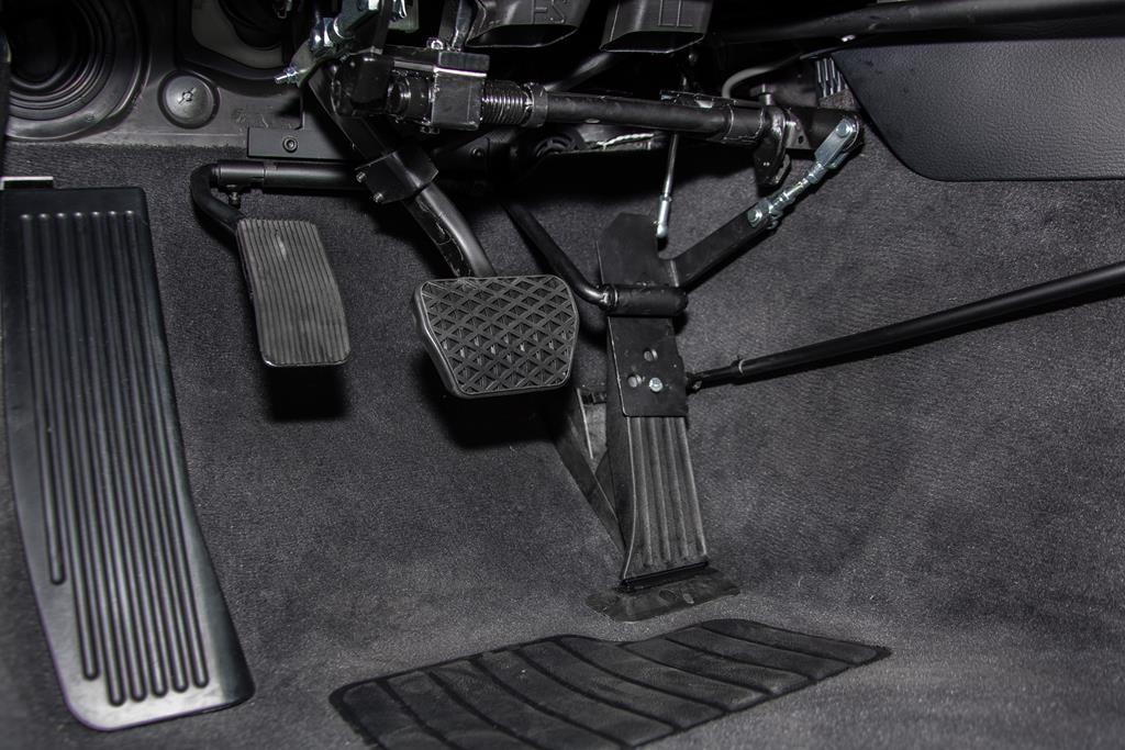 Linksgaspedal im BMW X1. Mechanisch klappbar.