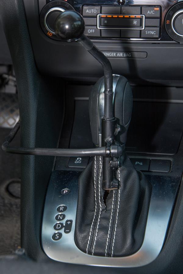 Automatikwählhebel verlängert sowie zusätzliches Gestänge zur Fußbedienung.