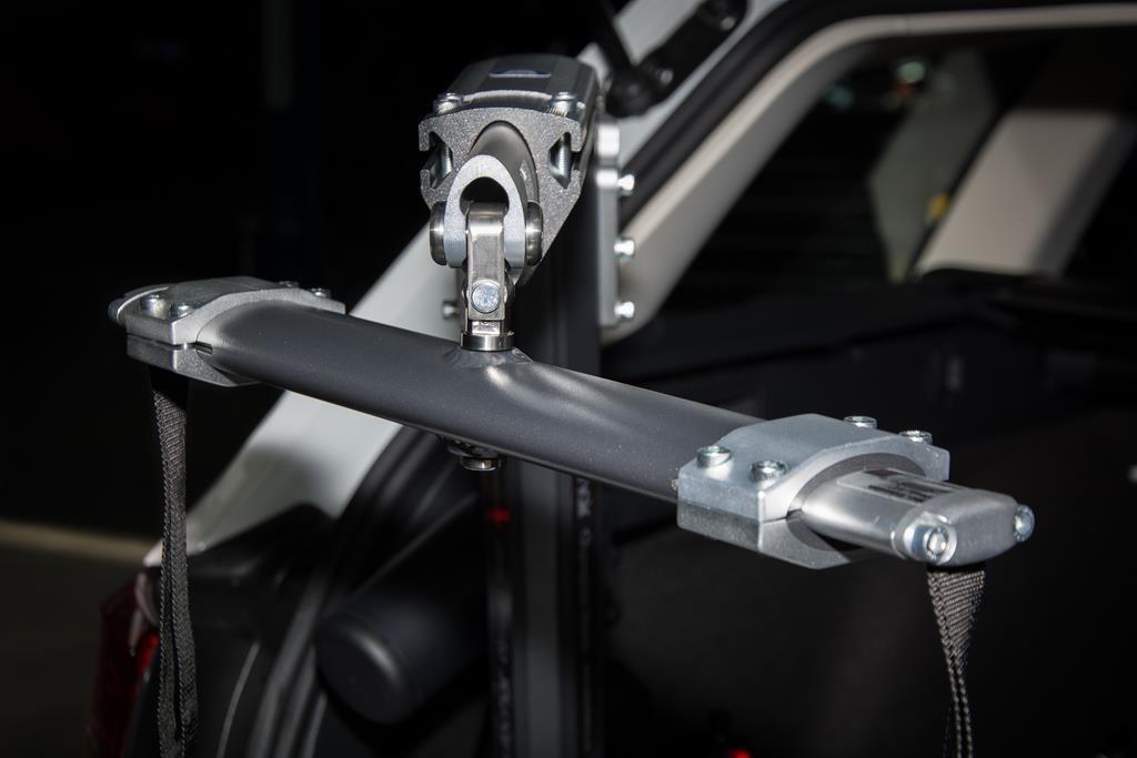 Autochair Rollstuhlkran im Volkswagen Passat. Komfortable Bedienung über eine kabelgebundene Steuerung.