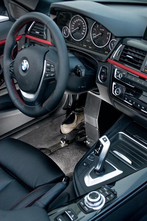Fußlenkung im BMW 420i Cabrio.