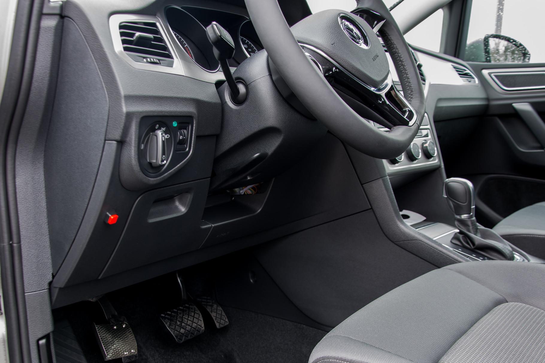 Volkswagen Golf Sportsvan Linksgasumbau. Elektronische Freigabe für das linke Pedal. Beim Start ist automatisch aus Sicherheitsgründen das rechte Pedal aktiv.