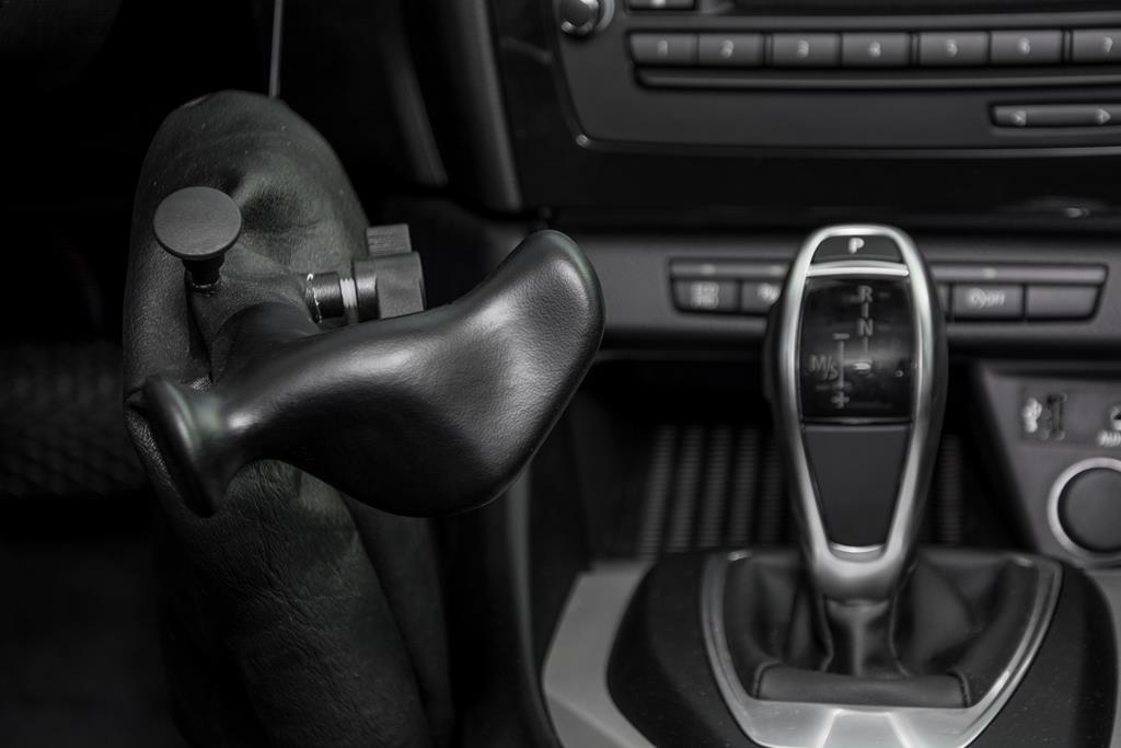 Handbediengerät im BMW X1. Das Fahrzeug fest mit nur einer Hand im Griff.