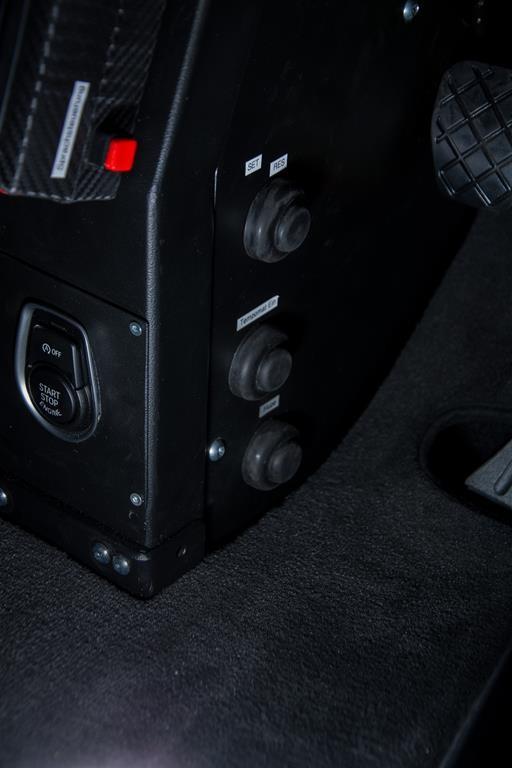Fußlenkung System Franz im BMW 235i M. Zusätzlich wurde der Start/Stopp Taster, die Schalter für die Fensterheber sowie die Sprachsteuerung und der Tempomat auf das Gehäuse der Fußlenkung verlegt.