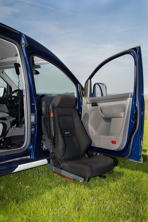 Turnout Schwenksitz im Volkswagen Caddy. Zusätzlich lässt sich er Sitz heben und absenken.