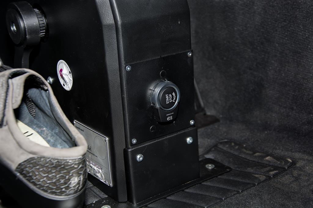 Fußlenkung System Franz. Start/Stopp Knopf auf das Gehäuse verlegt um das Fahrzeug mit dem Fuß zu starten.