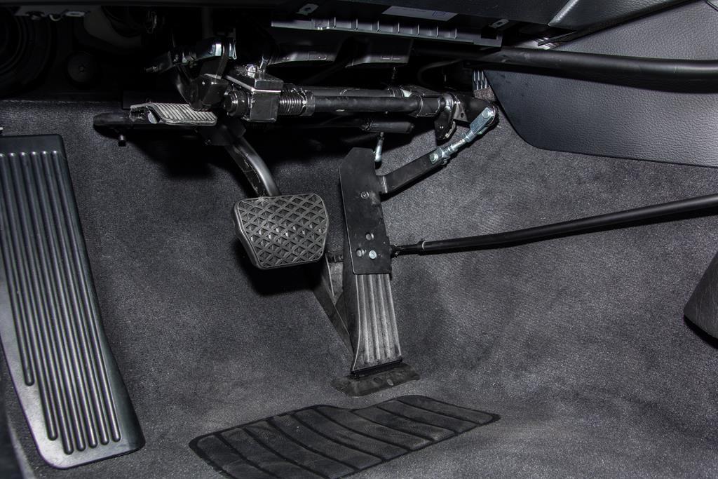 Linksgas Pedal im BMW X1 hochgeklappt. So ist auch das fahren mit dem rechten Fuß jederzeit möglcih.