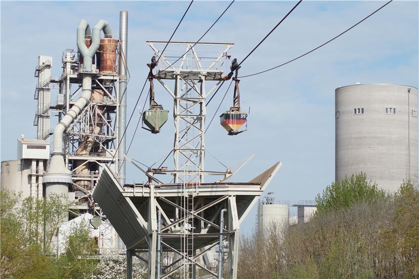 Die alte Seilbahn auf den Plettenberg des Dotternhausener Holcim-Zementwerks soll demontiert werden.