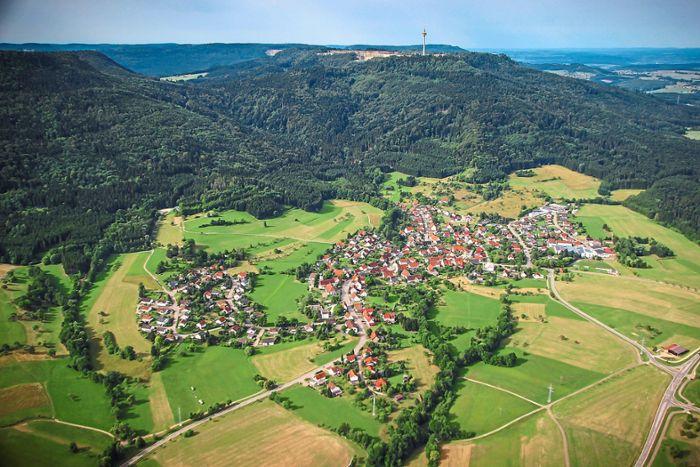 Oben der Plettenberg, unten Roßwangen: Diese Ansicht auf den Berg wird sich von diesem Jahr an nachhaltig verändern. Das Unternehmen Holcim buddelt die Traufkante weg. Foto: Wilkens  Oben der Plettenberg, unten Roßwangen: Diese Ansicht auf den Berg wird