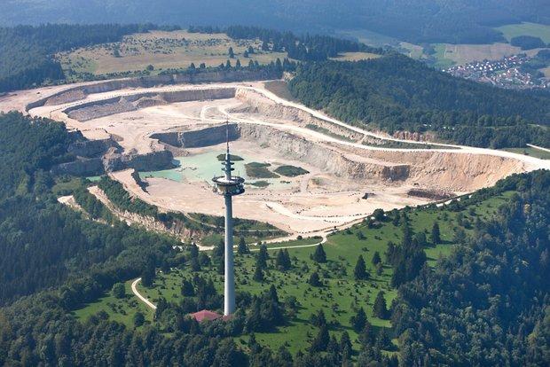 Um den Krater zu sehen, muss man in die Luft gehen, wie unser Fotograf. Luftbild: Manfred Grohe