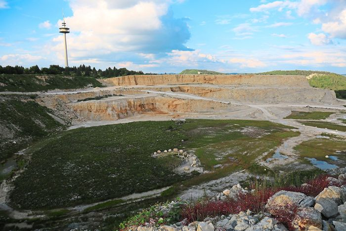 Natur- und Umweltschutzverbände sprechen sich gegen das Vorhaben von Holcim aus, den Steinbruch nach Süden zu erweitern. (Archivfoto) Foto: Holcim