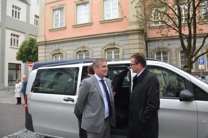 Zur ersten Begrüßung stellt sich der Kulturbürgermeister von Schwäbisch Gmünd Dr. Joachim Bläse ein