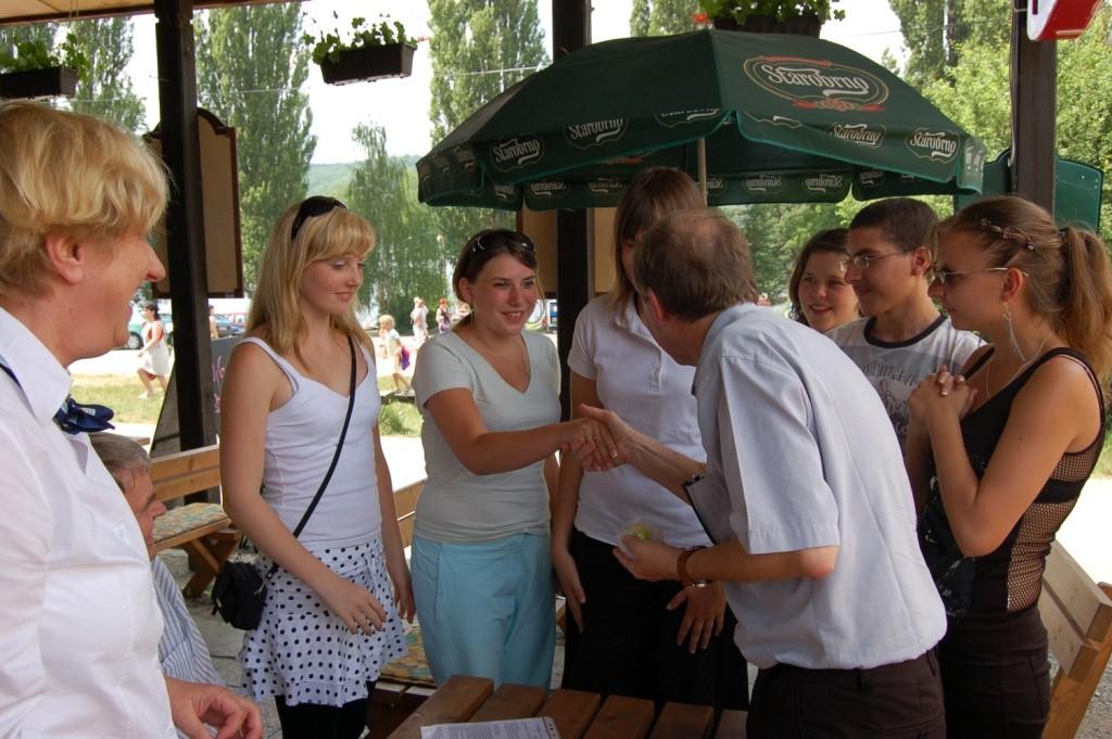 --und festgestellt, daß der begleitende Herr Wilhelm Lienert, Uhlandschule Schwäbisch Gmünd, heute Geburtstag hat