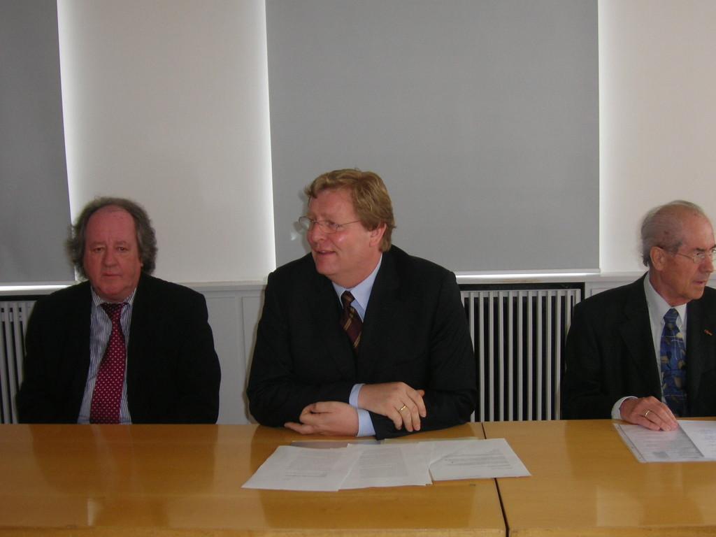 Dr. Herrmann, Leiter des Stadtarchivs, OB Wolfgang Leidig begrüßt die Gäste