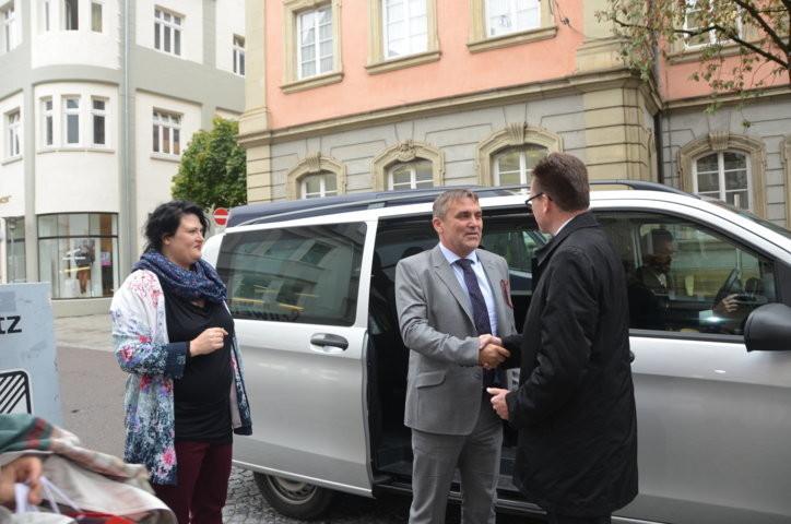der Brünner Primator kommt direkt vom Flughafen Stuttgart , in seiner Begleitung Dr. Mojmír Jeřábek und Peter Kotacka