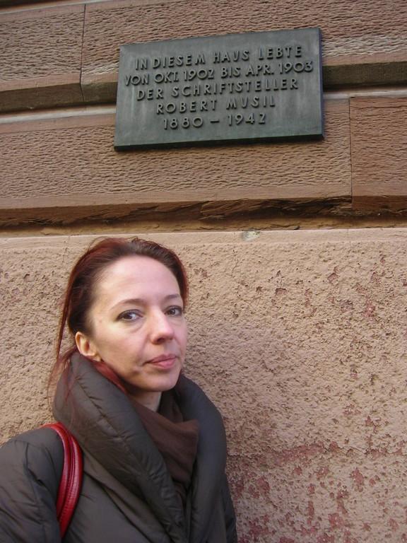 Frau Hnatova vor dem Wohnhaus von Robert Musil