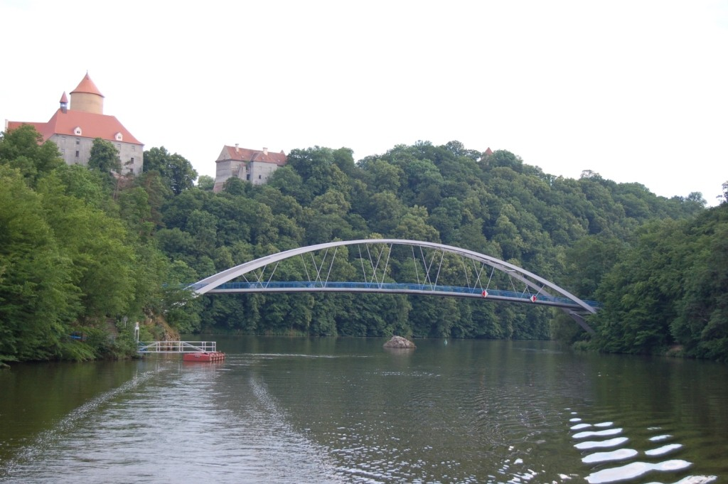Die erneuerte Brücke über die Talsperre zum Schloß Eichhorn