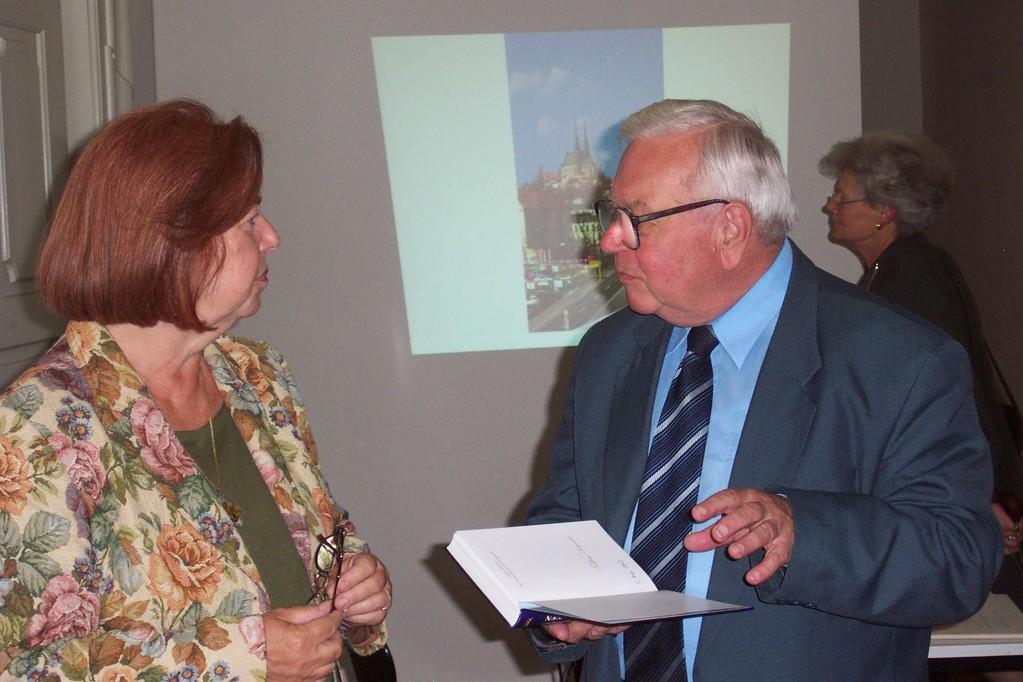 Herr Erich Wenzel im Gespräch mit der Landeshistorikerin Frau Sabine Thomsen