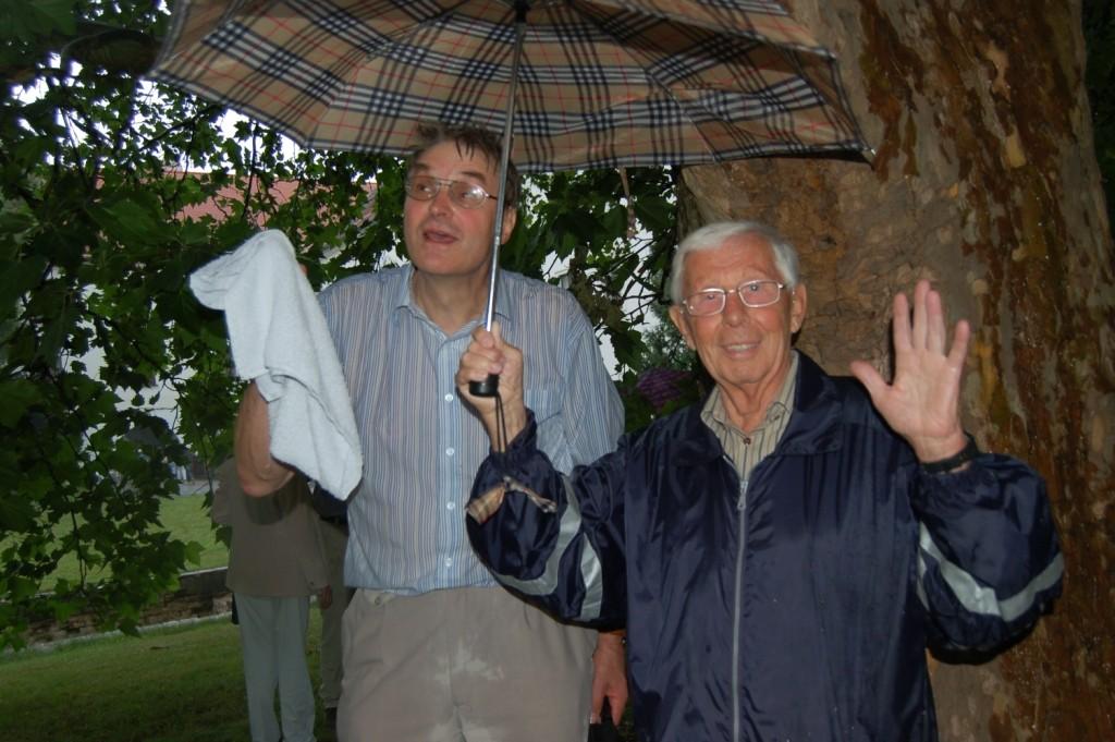 Der Gedenkakt am Denkmal mußte wegen Regens mehrfach unterbrochen werden