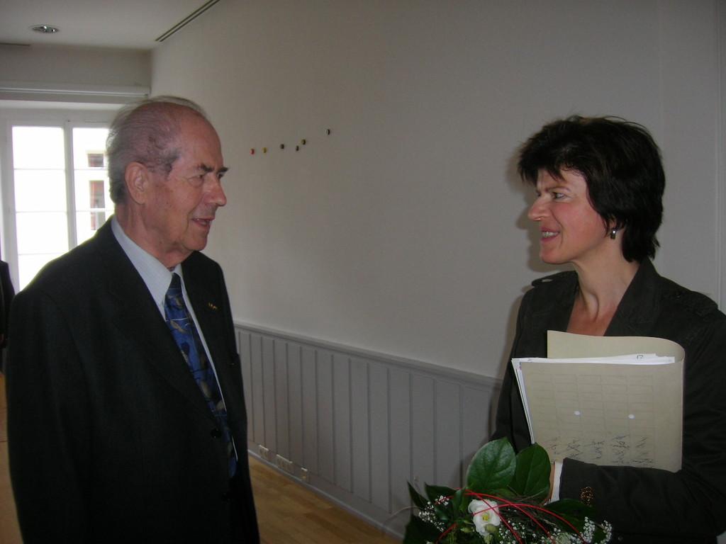 Frau Karin Schüttler, Leiterin des Schulamtes  im gEspräch mit Herrn Ziegler, Bundesvorsitzenden der BRUNA