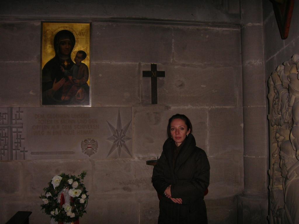 """Im Gmünder Münster bewundert Frau Hnatova die """"Brünner Ecke"""""""