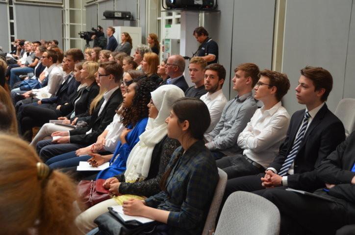 Studierende mehrerer Stuttgarter Gymnasien unter den Gästen der VEranstlatung