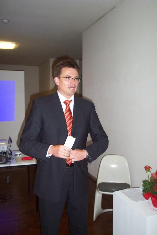 Dr. Joachim Bläse, 1. Bürgermeister von Schwäbisch Gmünd, eröffnet die Veranstaltungsreihe