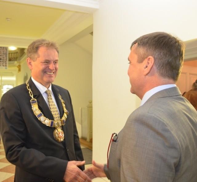 Der Oberbürgermeister, Herr Günter Arnold begrüßt Petr Vokřál