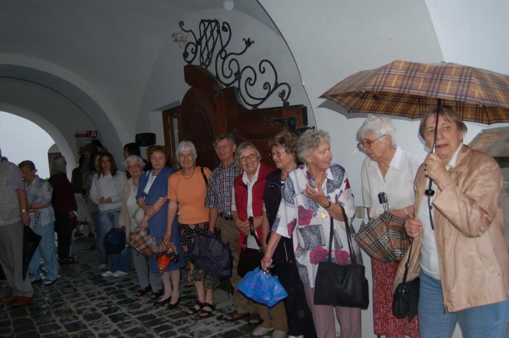 wir haben uns im Durchgang zum Klostergelände unterstellt