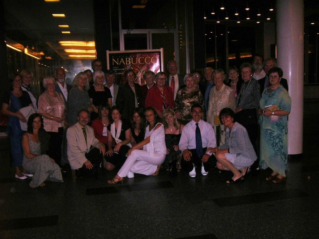 Abends besuchen die Jugendlichen zusammen mit der Reisegruppe das Brünner Theater