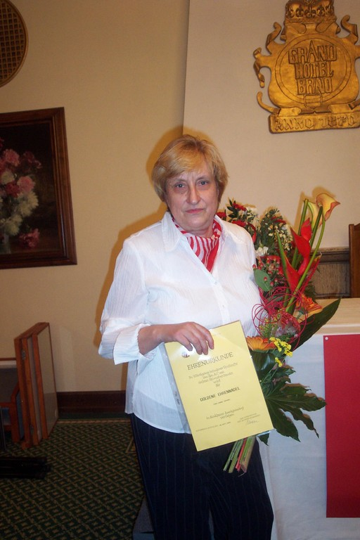Die Projektleiterin erhält die Goldene Nadel der BRUNA und eine Ehrenurkunde