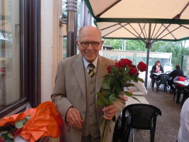 Herr Kohlberger läßt sich seine liebenswürdige Gepflogenheit zu besonderern Festtagen rote Rosen zu schenken,auch diesmal nicht nehmen