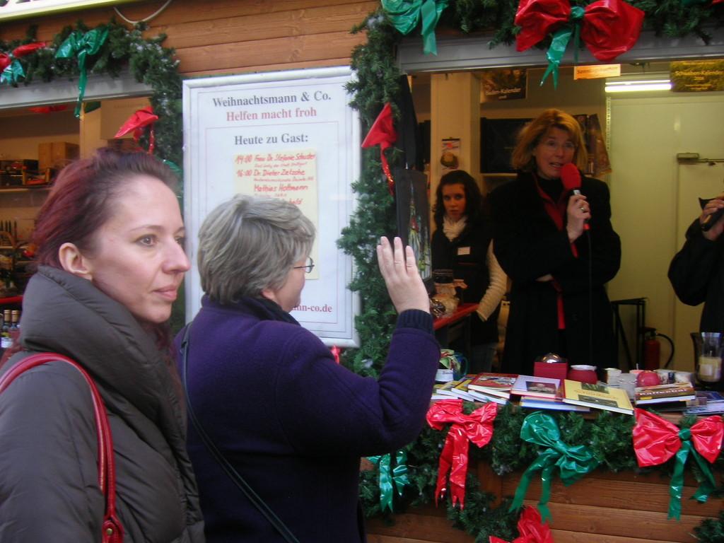 """Am Weihnachtsmarkt Stuttgart trifft Frau Hnatova Frau Dr. Stephanie Schuster, die """"First Lady""""  der Stadt"""