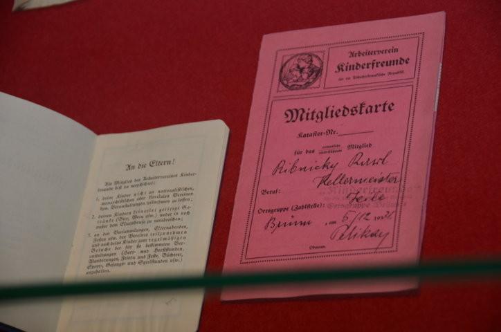 Vitrine mit Leihgegenständen aus der Brünner deutschen Sozialdemokratie