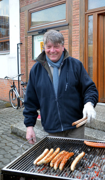1. Vorsitzender Siegfried Eggers beim Angrillen 2013, Schützenverein Oesselse