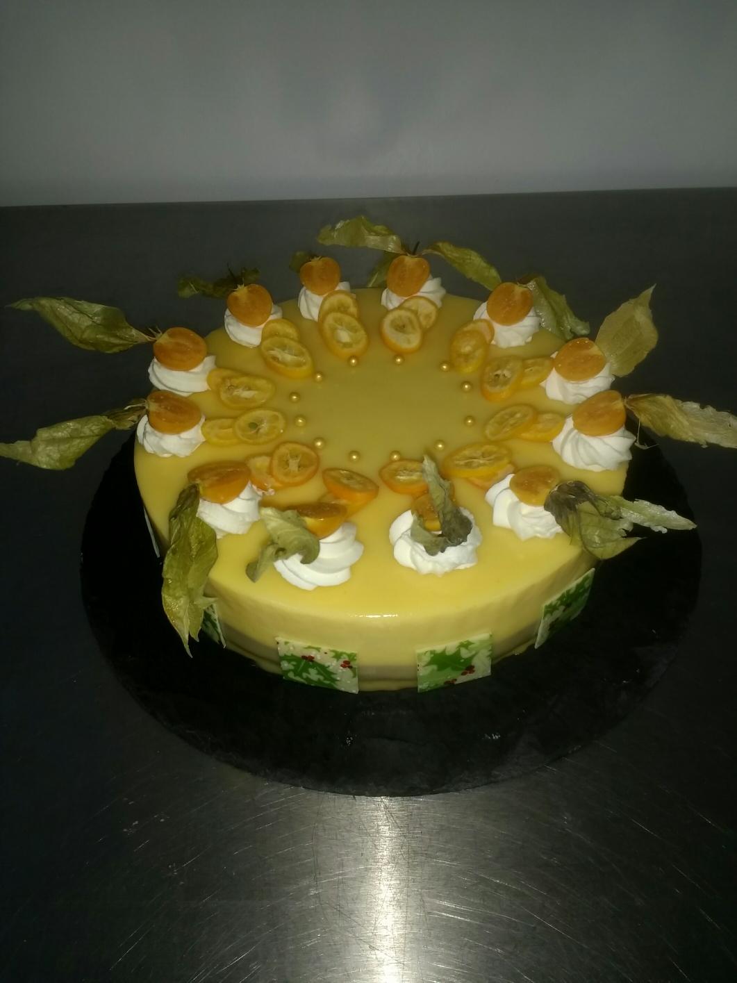 Mango Maracuja Sahne auf zartbitterer Schokoladenmousse Torte