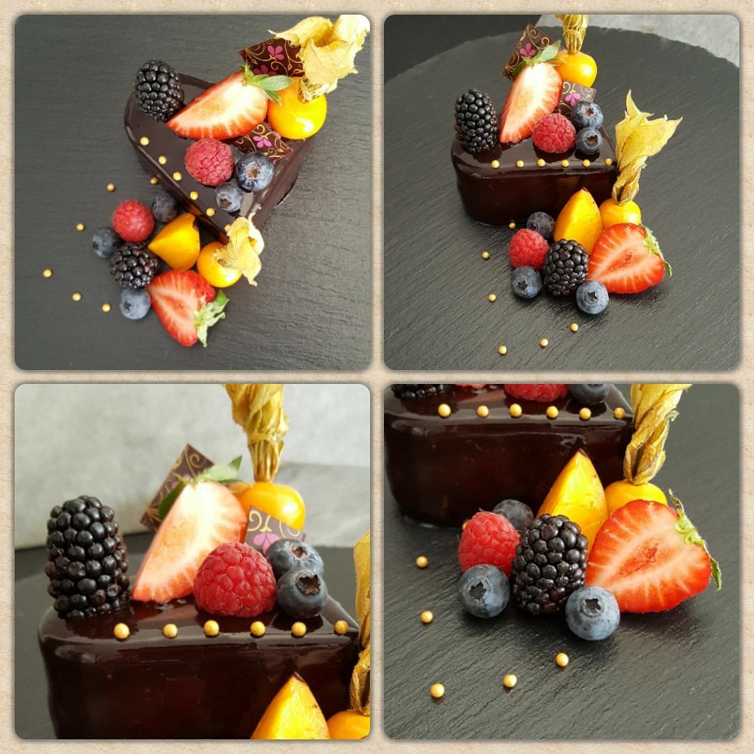 Kleine Torte mit Dark Mirror Glaze und vielen frischen Früchten