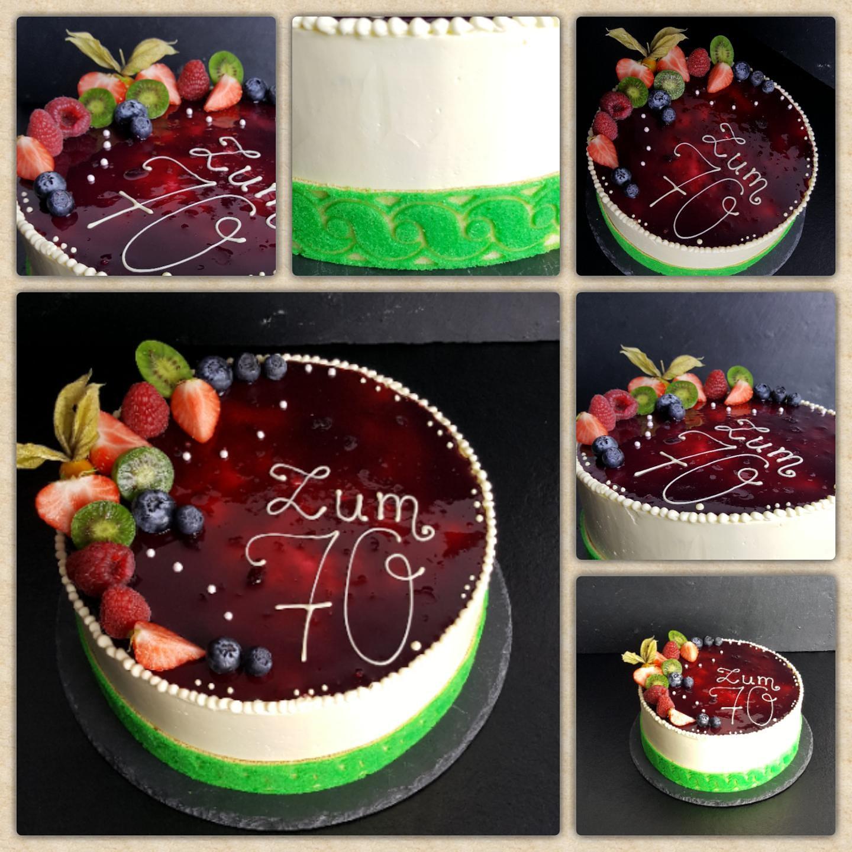Buttercreme Torte mit Buttercreme eingestrichen Dekorbiskuit und Cassis Fruchtspiegel