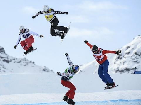 Snowboard cross - 4 à 6 rideurs s'opposent sur un parcours : virages, sauts, bosses, etc.. (sce : The Telegraph)