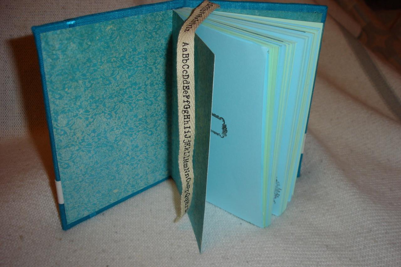 Форзац, цветные проштампованные листы, разделители и текстильная закладка