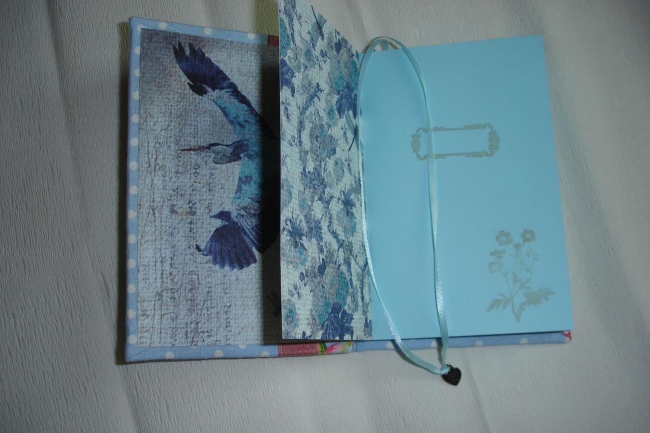 Голубые проштампованные страницы, форзацы и разделители в тон, закладка с подвеской