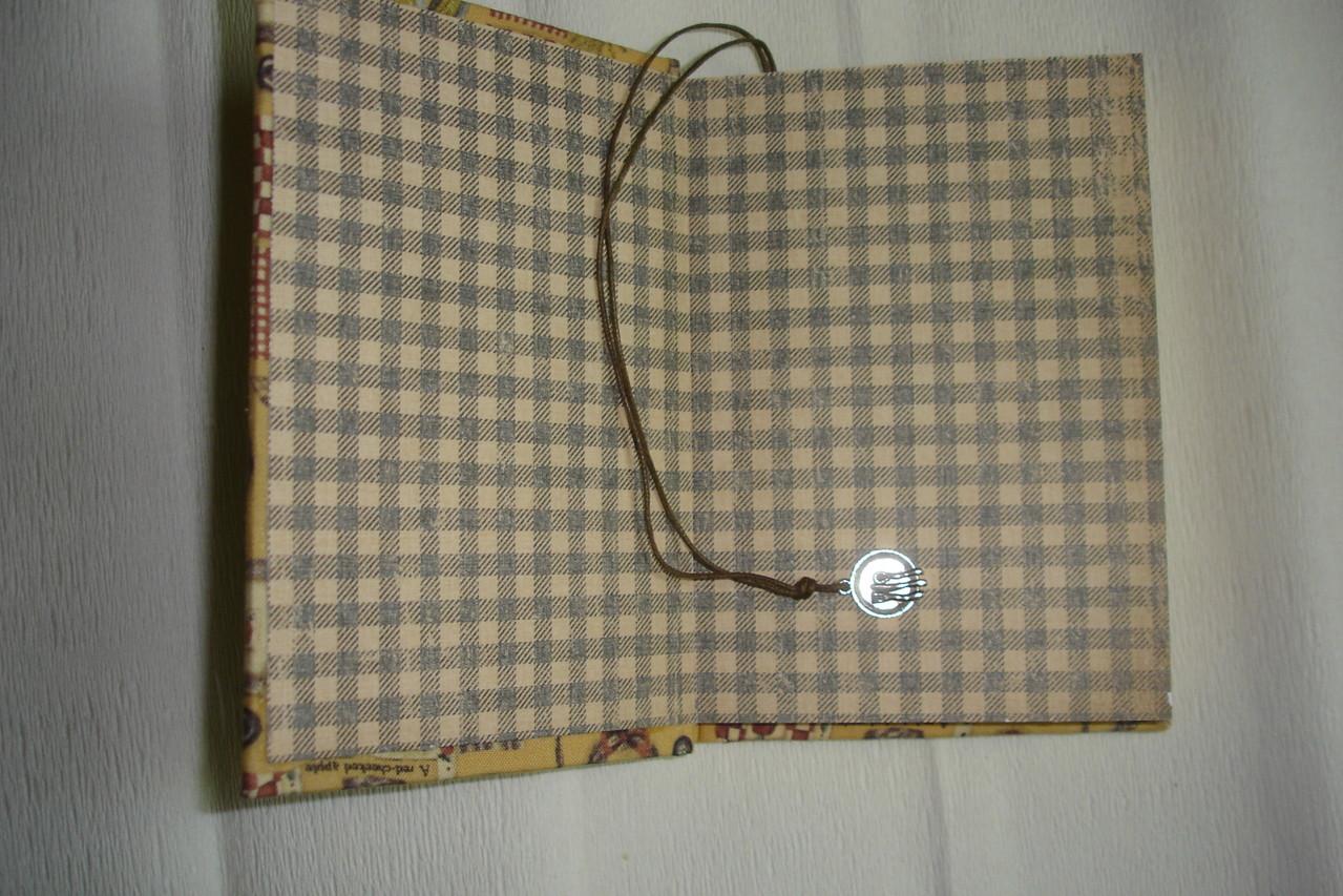 Форзац, закладка с подвеской, цветные проштампованные листы.