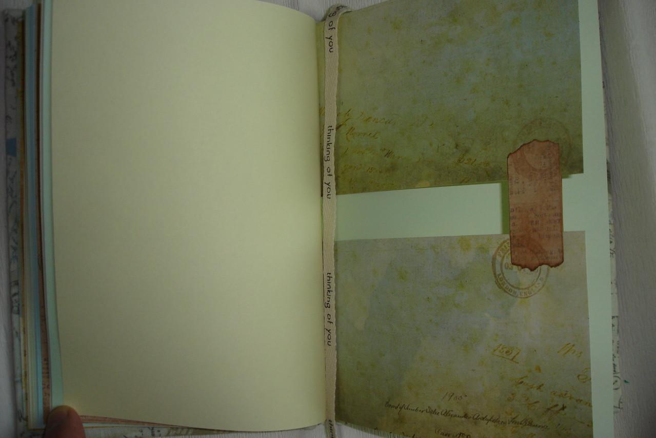 Цветные проштампованные листы, тематические разделители, форзац, текстильная закладка