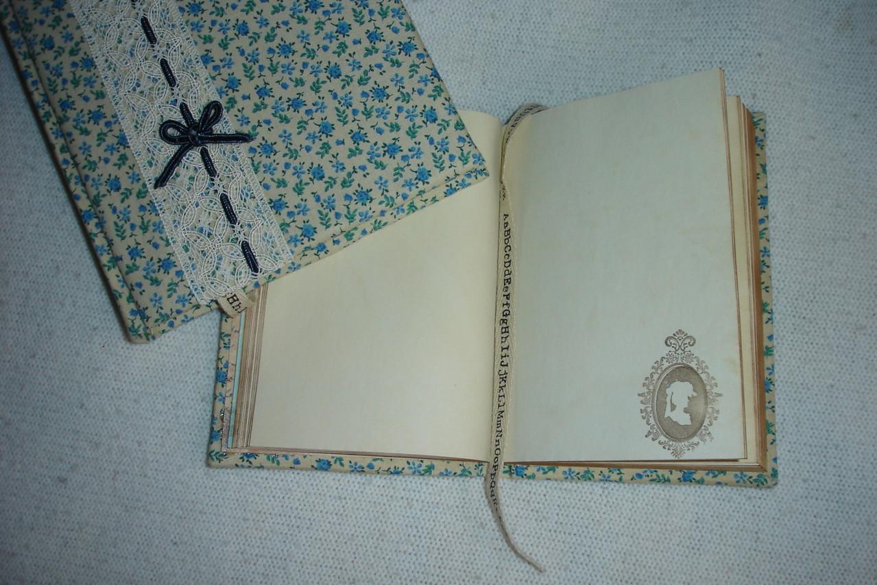 В блокноте А6 листы тонированы кофе и проштампованы, текстильная закладка