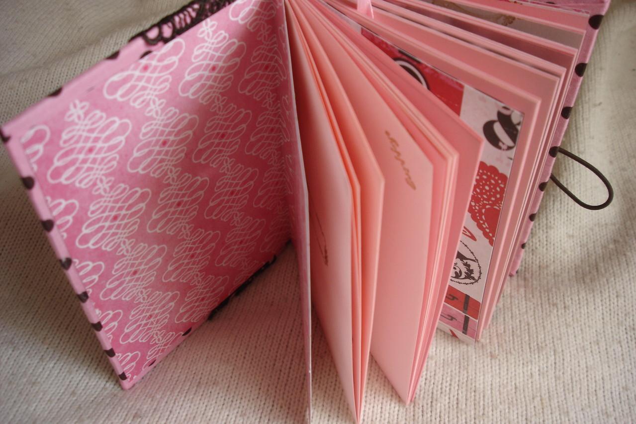Форзац, розовые проштампованные листы, тематические разделители, закладка с подвеской