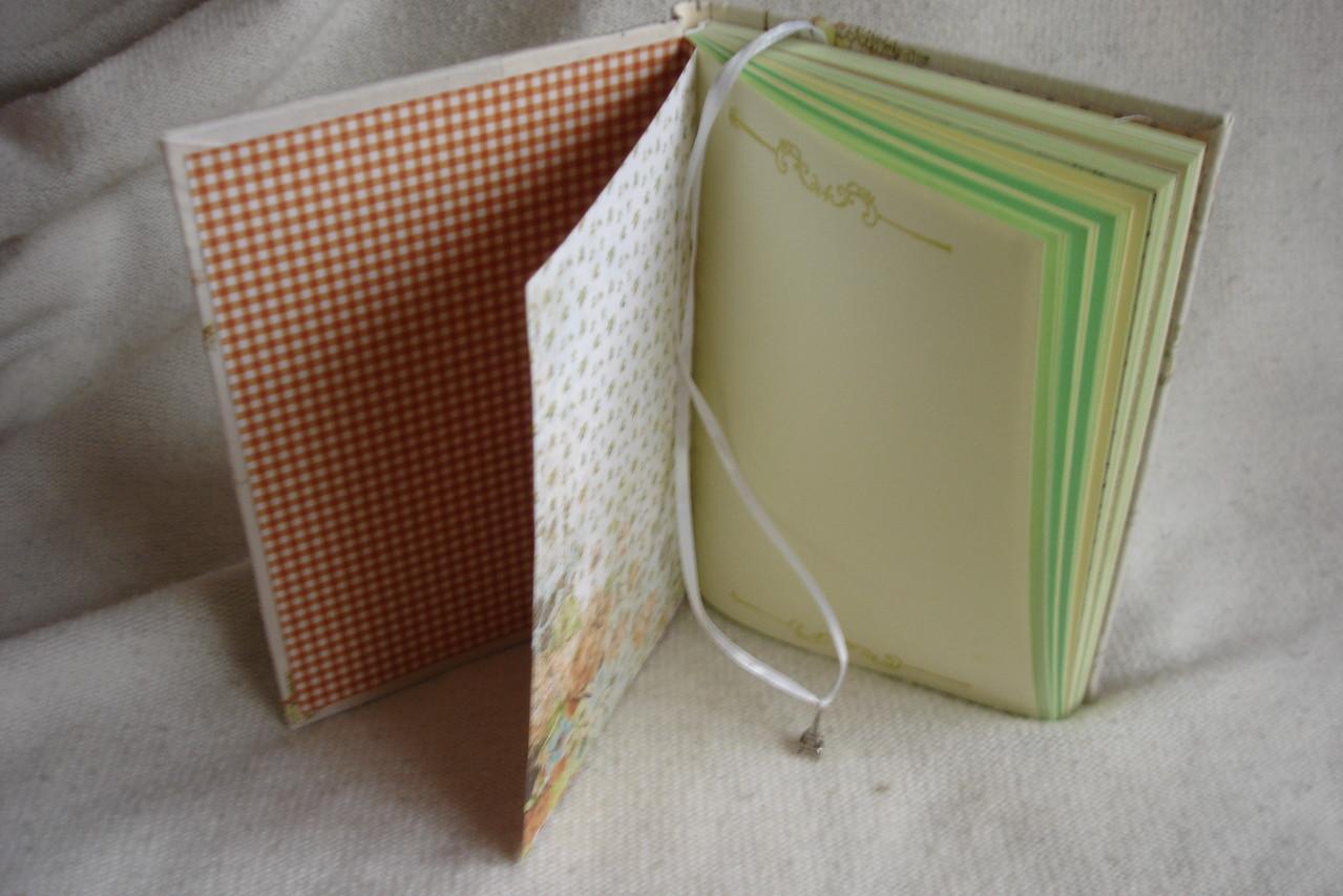 Цветные проштампованные листы, закладка - шнур с подвеской, цветные разделители