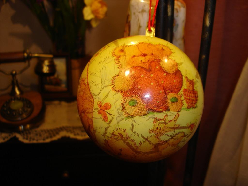 """""""Новогодний шарик """"Мишки"""" Пластмассовая заготовка шарика, обратный декупаж салфеткой, акрил желтого и золотого цвета, однокомпонентный кракелюр"""