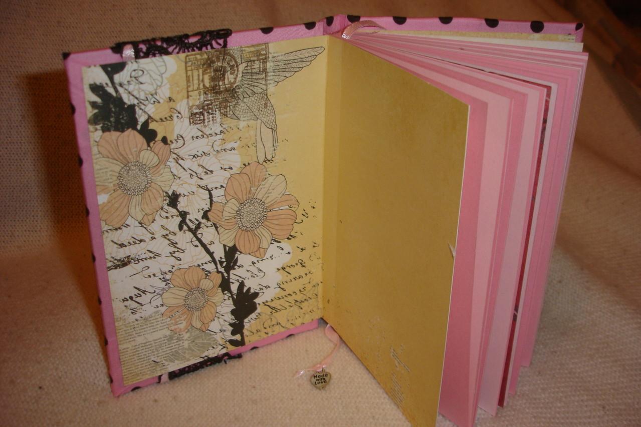 Форзац, розовые проштампованные листы, закладка с подвеской