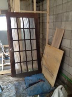 大工さんのコレクションの一つのドアは、色を塗り直して入り口のドアになりました。